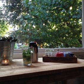 Thee en water bij het groen
